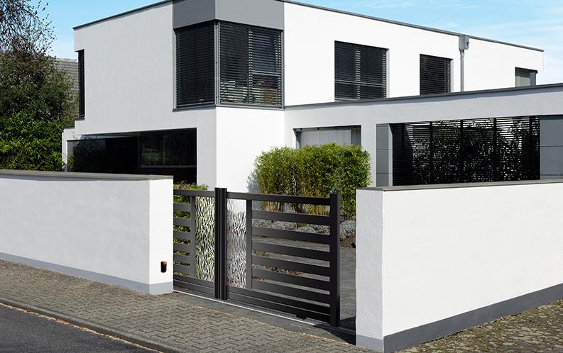 Modèle TAKE. Portail en aluminium, gamme contemporaine. Teinte présentée : noir 2100 sablé.