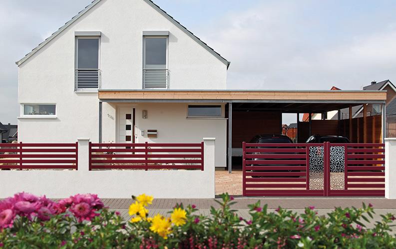 Modèle ZOBOA. Portail en aluminium, gamme contemporaine. Teinte présentée : rouge RAL 3004 givré.