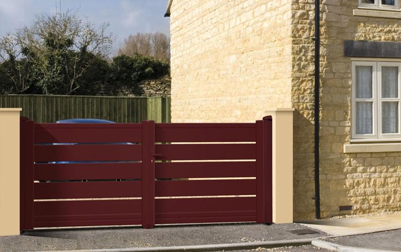 Modèle CAPE. Portail en aluminium, gamme contemporaine. Teinte présentée : rouge RAL 3004 givré.